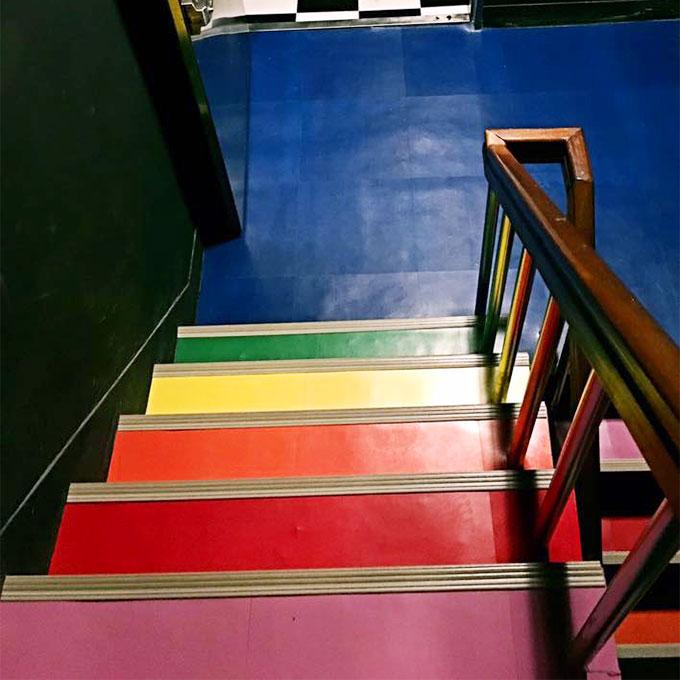 階段はレインボーカラー