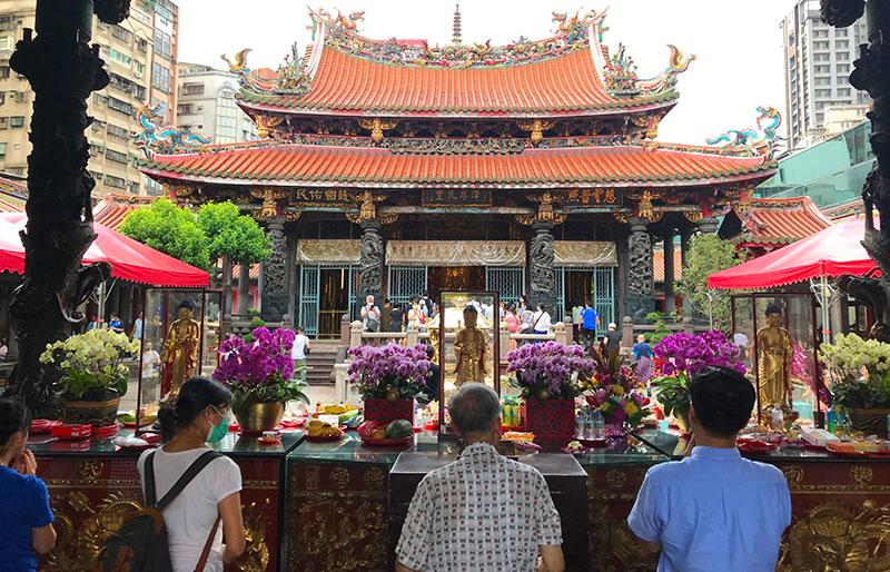 老若男女問わず台湾人がよくお参りする龍山寺